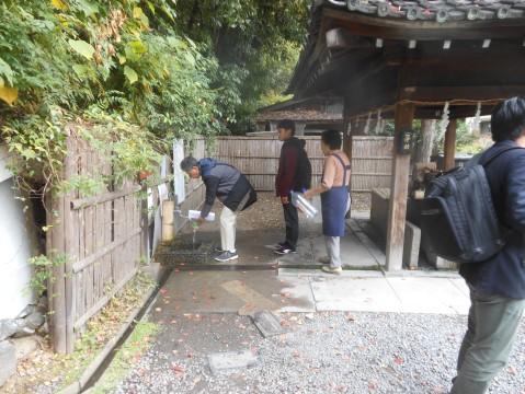 名水で有名な水無瀬神宮なのでひっきりなしに水汲みにこられています。ツアー参加者も水汲みをされていました